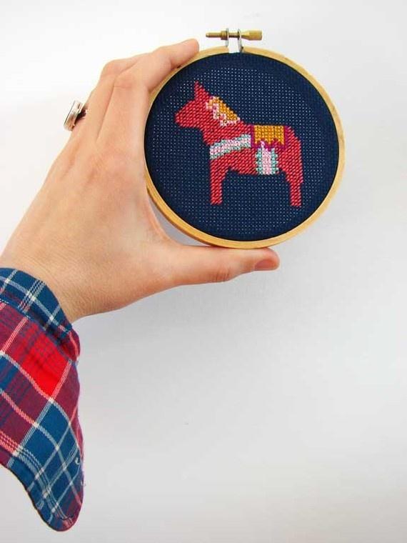 Cross stitched dala horse. So cool!  #CrossStitch #PontoCruz For more inspiration: www.portaldopontocruz.blogspot.com