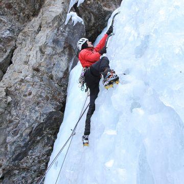 Energia - #Iceclimbing - #Valtellina  Quando le temperature diventano più basse, i torrenti lasciano spazio alle cascate di ghiaccio, vere e proprie sculture create dalla natura. Se siete appassionati, troverete numerose zone in Valtellina con pareti di ghiaccio di ogni dimensione e difficoltà.