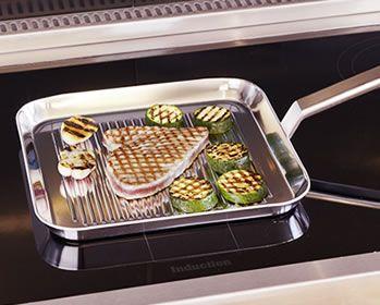 Grillpan / Eten klaarmaken op een metalen rooster of grillplaat en dit boven een directe hittebron zoals bv. houtskool of een fornuis wordt grillen genoemd. Grillen is de laatste jaren bijzonder populair geworden omdat het u toelaat in de buitenlucht te koken en ook omdat het een snelle en caloriearme methode is. Dankzij de Demeyere-grillpan kan u nu ook binnenshuis grillen.