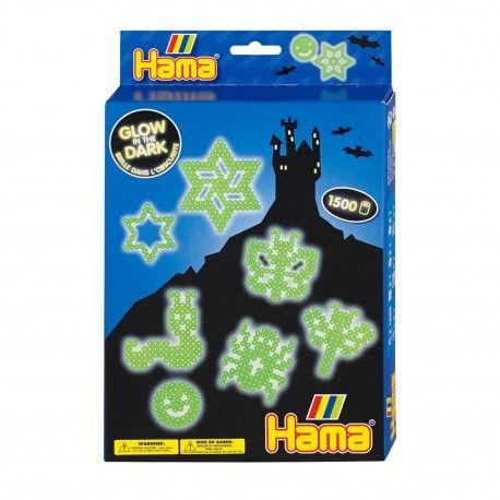 Complete Hama Glow in de Dark strijkkralenset om verschillende figuren te maken. Inhoud: 1500 strijkkralen, 3 strijkkralenbordjes: rond, ster en vierkant, strijkpapier, instructies en verschillende voorbeelden.  Afmeting verpakking 25,5 x 17 x 3 cm Geschikt voor kinderen vanaf 5 jaar.
