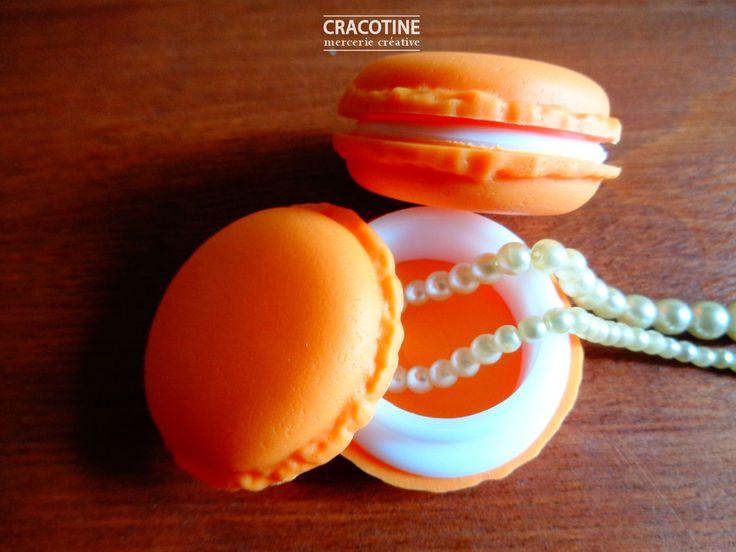 TAILLE : 4cm X 2cm  MATIERE : plastique  Très jolie boite à bijoux en forme de macaron de couleur saumon. D'autres couleurs disponibles dans ma boutique.  Boite vendue à l'unité  Photo non contractuelle  envoi rapide et soigné en suivi sous enveloppe bulles