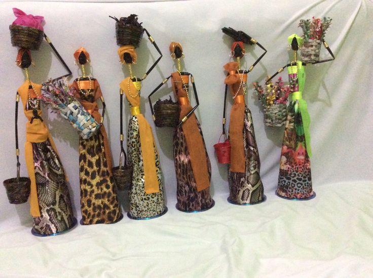 Bonecas africanas confeccionadas com papel jornal