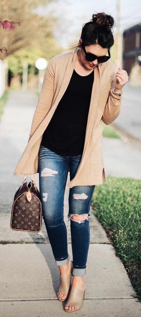 Beige Cardigan & Black Top & Ripped Skinny Jeans & Brown Printed Tote Bag