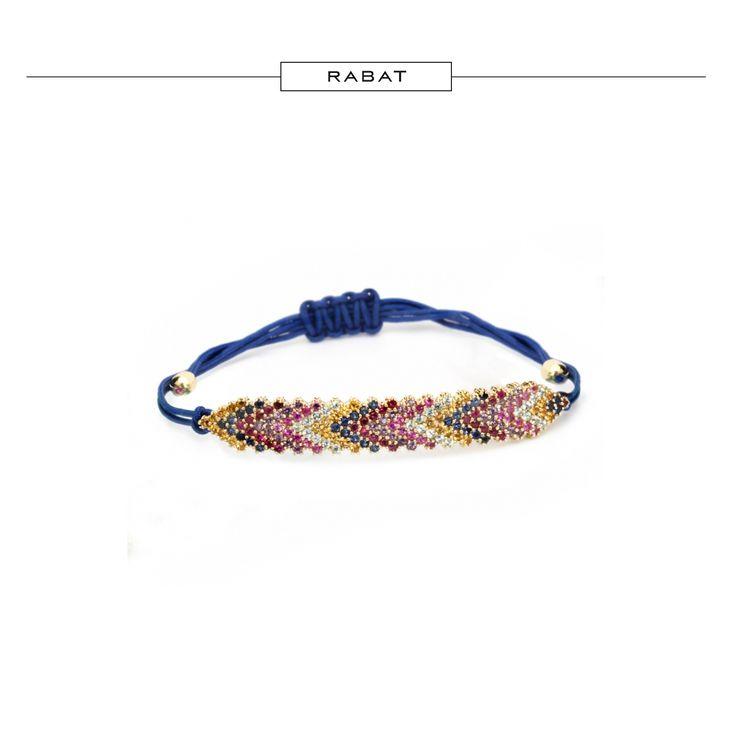 Pulsera de algodón sintético con inscutraciones de oro, zafiros, rubíes, amatistas y topacios #RABATjoyas #RABATjewels #jewelry #jewels #brazalet #pulsera #joyas