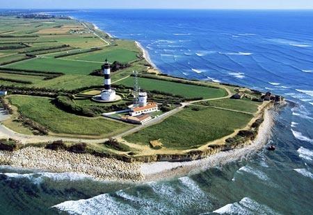 Le phare de Chassiron à la pointe de l'ile d'Oléron est un site à visiter incontournable depuis le camping Antioche d'Oléron
