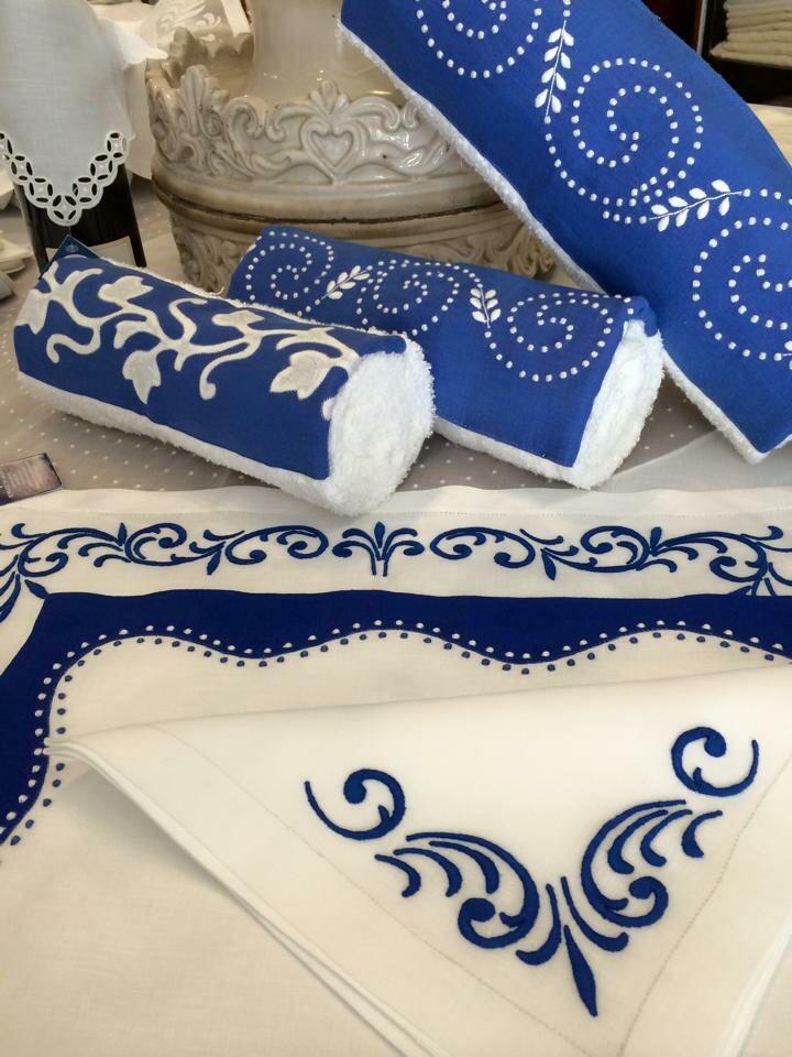 Bordado Madeira em tons de azul e branco.  Toalhas com barras em linho bordadas e individuais com guardanapo. WWW.BORDAL.PT #bordal #handmade #handtowels #placemats #madeiraembroidery
