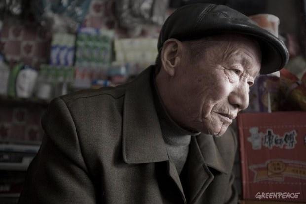 Bao Jiefu de Xinsunrui pueblo tiene 68 años y fue diagnosticado con cáncer linfático en 2008.    © Qiu Bo / Greenpeace