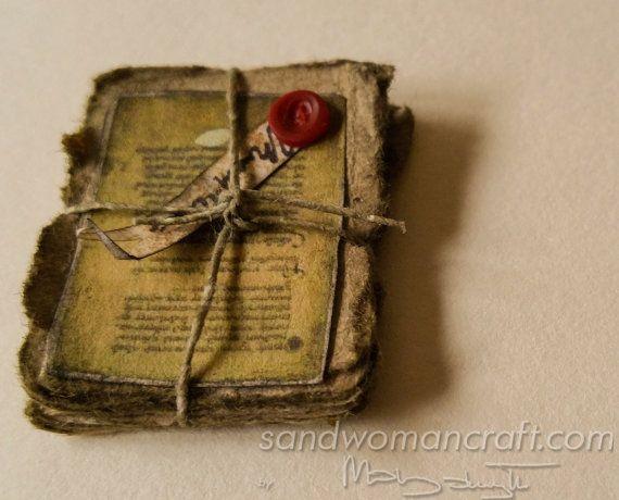 Miniatur-Stack / Haufen sehr alter Papiere. Fantasie-Puppenhaus-Miniaturen im Maßstab 1/12, 1 Zoll-Skala. Zauber-Assistenten witch halloween