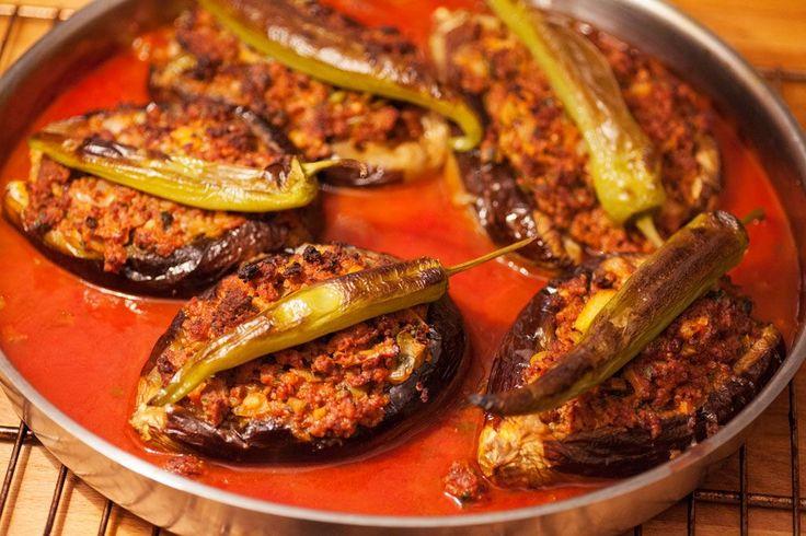 Gefüllte Auberginen mit Hackfleisch türkisch – karnıyarık sind eines der leckersten türkischen Rezepte die ich kennengelernt habe. Die Zusammenstellung von Aubergine, reifen Tomaten, scharfer türkischer Paprika und kräftig gewürztem Hackfleisch ist einfach nur köstlich. Es verleitet dazu etwas mehr zu essen als nötig wäre um satt zu sein, deshalb auch die Berechnung von 5 Auberginen... #türkische #rezepte #kochen #backen http://wp.me/p4knBX-Hi
