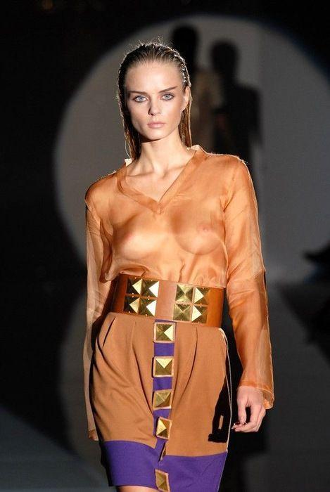 Модель Алессандра Амбросио показала платье из веревочек