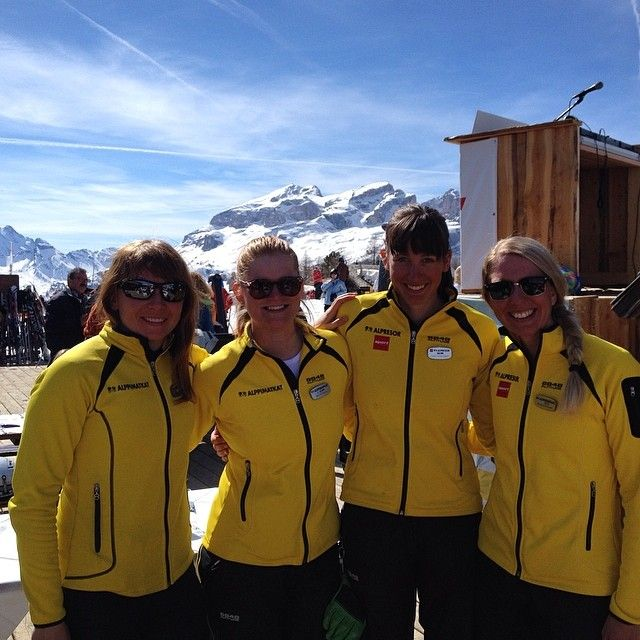 Girlpower in the Dolomites! Sometimes in Alta Badia we're lucky to meet our colleagues Henna and Lina from Cortina! #alpstafetten #stsalpresor #skists #valgardena #altabadia #cortina #dolomites #colleagues