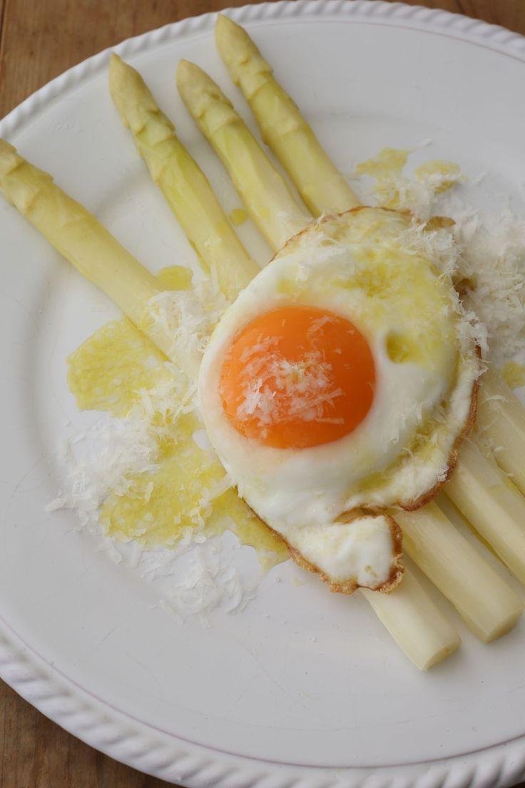 卵の黄身を崩しながら、ソースとからめて シンプルだからこそ飽きのこない定番前菜  <材料 2人分> ホワイトアスパラガス 3〜4本 卵 1個 A オリーブオイル 大さじ1     ワイン