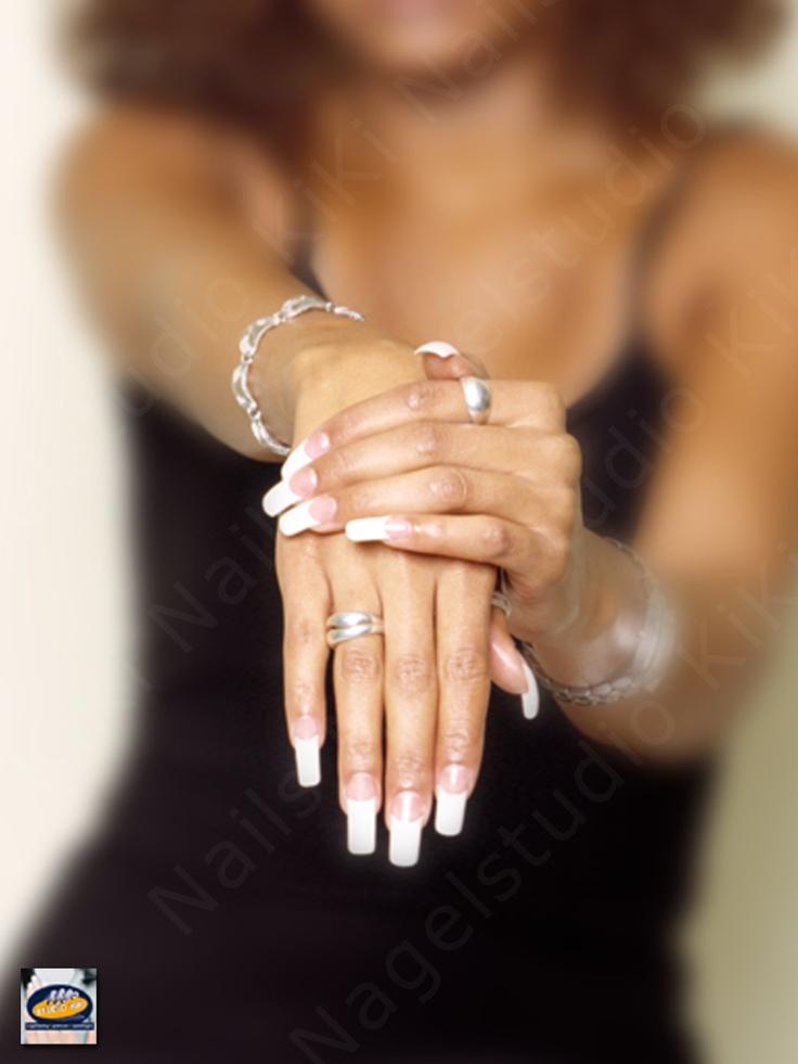 15 jaar Nagelstudio KiKi Nails Rotterdam (www.kiki.nl) • Rond 2000 waren acrylnagels French Manicure met een witter dan witte top en overdreven verlengd helemaal in. Maar terugkijkend waren deze nagels, gezet voor onze advertenties uit die tijd, misschien wel erg overdreven.