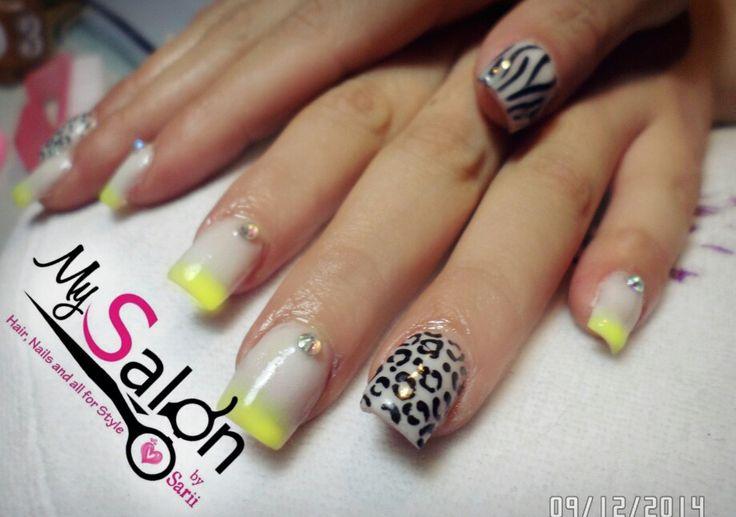 $ 180    Uñas acrílicas. Punta cuadrada. Blanco y amarillo neón.  Animal Print leopardo y zebra. Swarovsky. Organic Nails. Desing by Sarii Estrada