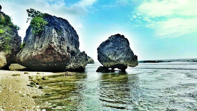 Tiga pantai tersembunyi di Jogja, Pantai Butuh, Mbirit, Paringjono, menawarkan pengalaman baru. Bila berangkat dari Rumah Tin, perlu waktu 2 jam perjalanan