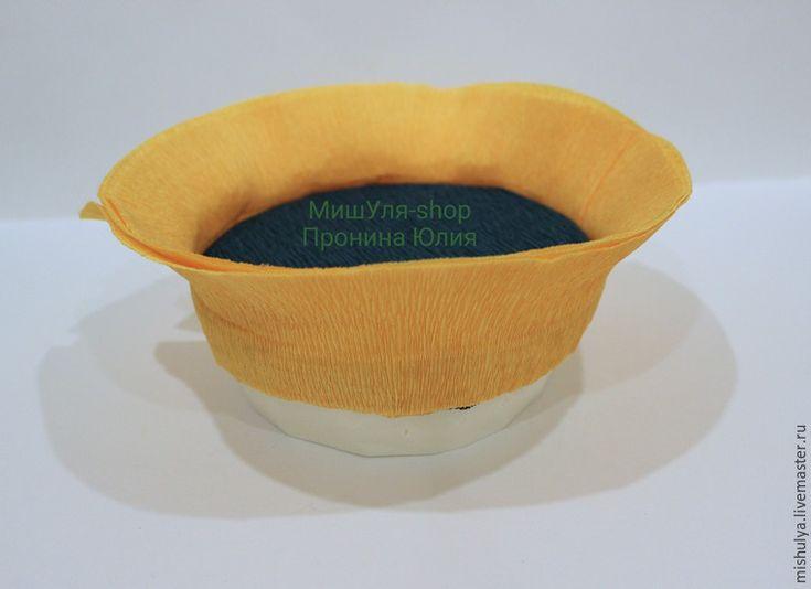 Сегодня я расскажу вам, как сделать подсолнух из конфет. Нам понадобится: - конфеты (у меня Sharlet); - гофрированная бумага (оранжевая, зеленая); - пеноплекс; - органза (желательно коричневого или золотого цвета, так как у меня такой не было, я взяла зеленую); - зубочистки; - клеевой термо-пистолет; - двусторонний скотч; - наждачная бумага; - ножницы. Итак, приступим! 1.