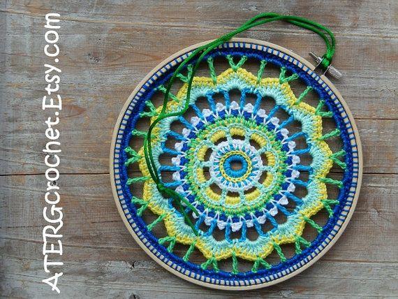 GANCHILLO DE COLORES ATRAPADO EN UN ANILLO DE MADERA BORDADO PARA ALEGRAR CUALQUIER PARED  El anillo de madera bordado está lleno de ganchillo de algodón 100% en una combinación de precioso color azul turquesa, amarillo, blanco, menta, verde y azul real. Con una cuerda del satén en un color que lo hacen de una hermosa pared colgada.  Anillo de madera diámetro: 8,3 pulgadas/21 cm     Después de la confirmación del pago el anillo del ganchillo del bordado será color / cuidadosamente e...