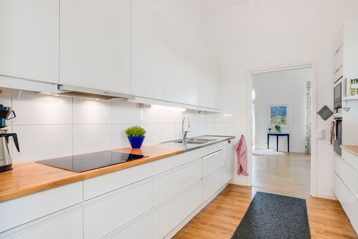 kök i vitt går alltid hem, många lådor i detta