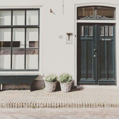 #home #huis #bankjes #kaasplanken #voordeur #frontdoor #groen #green #manden #baskets