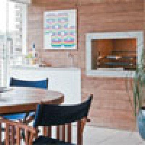 Persianas de tela solar são essenciais em terraços fechados com vidro, uma vez que reduzem a incidência de calor. Também garantem privacidade e dão ao espaço o acabamento de um ambiente de estar. Estas são da Luxaflex.