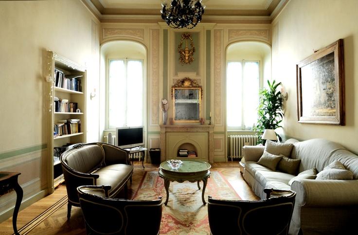 Un salotto che evoca il passato e lo reinterpreta con decisione in chiave personale. #salotto #relax #atmosfera #dandainteriors