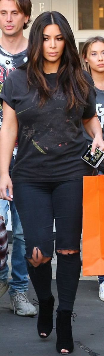 Who made  Kim Kardashian's black boots, print tee, and ripped skinny jeans?