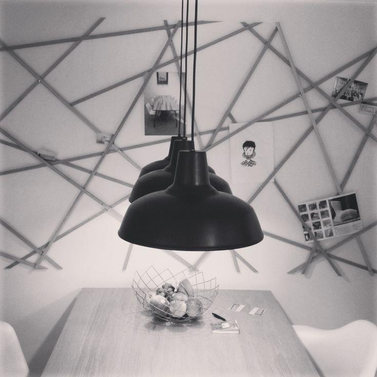 Dutch Design Week (DDW) Eindhoven - Creatief alternatief voor een prikbord. Grafisch mooi ingestoken en combineert fijn met de drie zwarte (geweldige!) lampen.