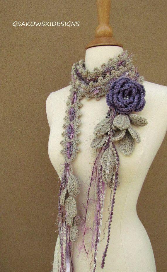 Este lazo de ganchillo romántico trata de feminidad y belleza. Es un único, original y único. Gracias a su longitud puede atar o envolver alrededor igual te gusta o lo dejas largo y colgante. Se ve muy bien con la tapa del tanque, blusa, suéter o vestido. La base de la bufanda (100% lana) es clase de un cruce entre ganchillo y tejer. La puntada crea tiras de ambos lados. El broche de la rosa es de ganchillo de lana 100% y está adornado con perlas de agua dulce en el centro. Usted puede usar…