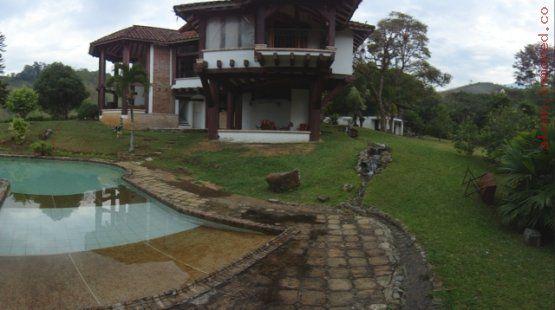 Para 15 personas , cancha de microfutbol, piscina , kiosco, muy campestre. Mas información y fotos en: http://www.clasinmuebles.com/properties/valle-del-cauca/finca-raiz-cali/bonita-casa-finca-en-chorro-de-plata-670.html