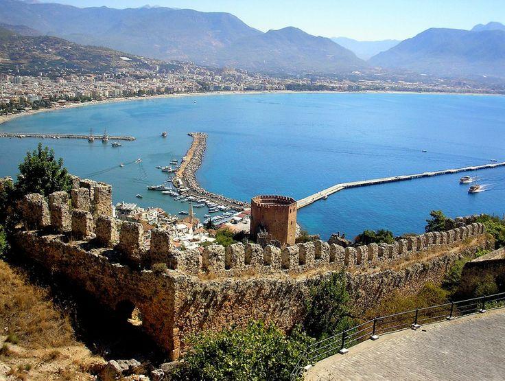Крепость Аланьи — средневековая крепость в городе Аланья. Большая её часть была построена в XIII веке. Крепость расположена на скалистом полуострове высотой 250 м, выдающимся в Средиземное море, которое окружает его с трёх сторон. В настоящее время крепость превращена в музей под открытым небом. #Аланья