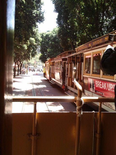 파웰 스트릿 케이블카 턴오버 지점에서 Powell & Hyde 행 타고 롬바드 거리로~~!!  모든게 현대식이고 빠르고 바쁜 도시안에서 전통방식의 교통수단을 탄다는게 뭔가 색다른 경험이 였다.   at the cable car turnover point between gap store and Forever 21 store in which locate Powell street, this cable car is heading to Lombard street