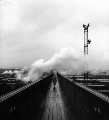 Passerelle de la SNCF à Villeneuve Saint Georges. 1945. Doisneau