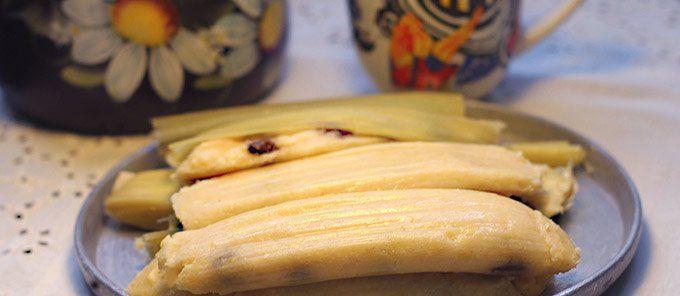 Suaves, deliciosos... Perfectos para compartir a la hora de las onces o al desayuno. Solo hay que seguir el paso a paso. Preparados con maíz fresco, mantequilla, queso, melado y uvas pasas.