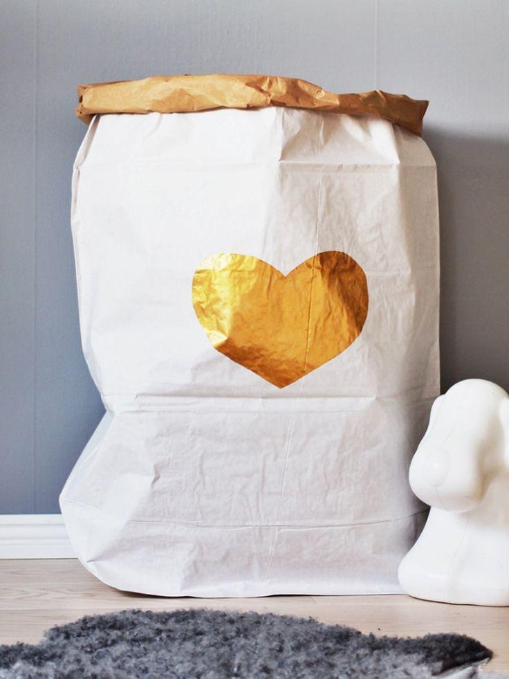 Papieren opbergzak van het Zweedse Tellkiddo. Deze papieren zak is ideaal voor het opbergen van bijvoorbeeld knuffels en speelgoed.  De opbergzak is gemaakt van gerecycled papier en is handgeschilderd met verf op waterbasis (dus 100% veilig voor kinderen). Je kunt de zak vouwen tot de gewenste hoogte. Deze paperbag vormt een design object in elke (kinder)kamer!  Afmetingen: 55x22x80 cm �