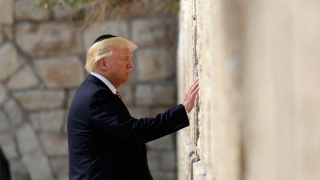 美國總統特朗普周一繼續上任後首次外訪行程,轉抵第二站的以色列,並到訪猶太教聖地、位於耶路撒冷的哭牆(...