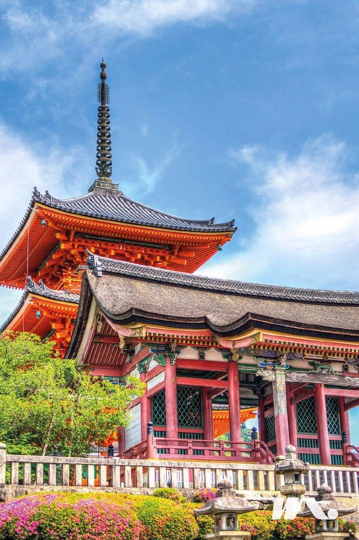 Saat ini Jepang menjadi destinasi favorit traveler muda. Mulai dari musik, makanan, budaya dan tentunya destinasi wisata yang selalu menjanjikan keseruannya.       Di tengah rihuk pikuk kota Tokyo, terdapat satu kuil yang masih ramai dikunjungi, bernama Senso-Ji Kuil yang letaknya berada di daerah Asakusa. Kuil ini dibangun tahun 645, dan menjadikannya kuil paling tua di kota Tokyo yang masih berdiri kokoh. Penasaran seperti apa berada disana?