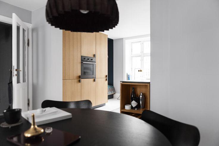 Reform Kitchen / Homestory / Inspiration / Reform's BIG design in veneered oak with handles in black woven nylon.