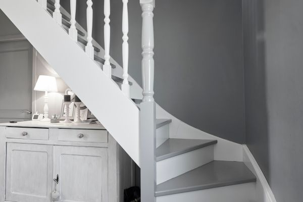 escalier blanc et gris constructeur de maisons m tre carr les r alisations m tre carr. Black Bedroom Furniture Sets. Home Design Ideas