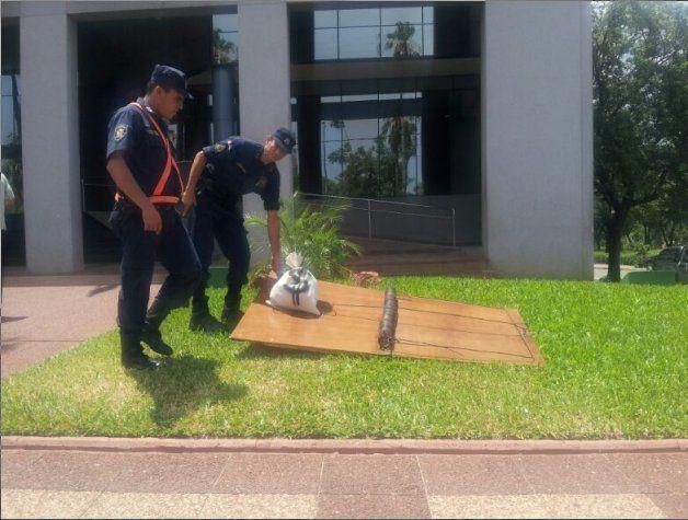 """Artistas colocan trampa para """"ratas"""" frente al Congreso de Paraguay."""