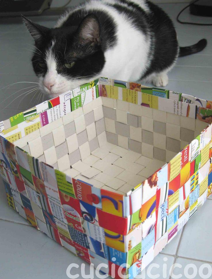 Questo tutorial fa vedere come fare cesti da carta riciclata dalle scatole dei cereali. Questi cestini colorati e allegri sono molto utili in casa.