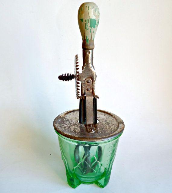 Per la vostra considerazione è un A & J Sbattitore con il vaso di vetro verde di depressione era popolare durante gli anni 1920 attraverso il 1940.  Il fondo di vetro verde è in buone condizioni con un coupld di minore rugosità sul fondo lungo i piedi che sedersi contro il tavolo. La parte di frusta di alluminio Mostra ruggine superficiale in tutto e un sacco di usura aggiungendo lautenticità di questo mixer di utensili da cucina.  MISURE: 11 pollici in altezza dal fondo del vaso base alla…