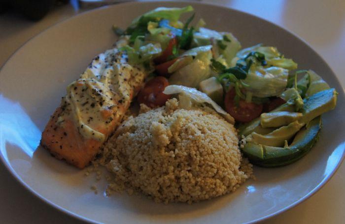 Lax i ugn med Philadelphia Vitlök & Örter, fullkorns couscous och en sallad gjord på vanlig sallad, tomater, rödlök, avokado och lite fetaost