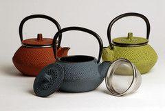Las teteras de hierro fundido fueron creadas en la China antigua. Luego los japoneses las diseñaron y las adaptaron para hacer de ellas un producto práctico además de un objeto artesanal decorativo.