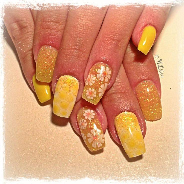 Yellow gelnails with flowers, snakeskin and glitter Gula gelnaglar med blommor, ormskinn och glitter