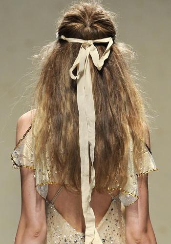 Un nastrino da naiade per trattenere la chioma selvaggia è un'alternativa wild alla classica acconciatura da sposa.    Blugirl, sfilata primavera-estate 2013