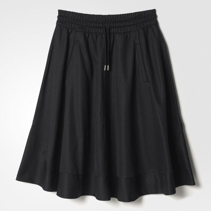 Esta falda de ajuste regular está confeccionada en 52% algodón y 48% poliéster de doble punto. Cuenta con una cintura elástica con cordón interior para un ajuste perfecto. La prenda es acabada con bolsillos frontales y una etiqueta de cuero.