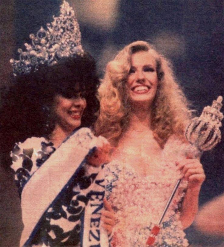 Yajaira Vera entregando la Banda de Miss Venezuela 1989, a Miss Lara Eva Lisa Ljung, en la Noche mas linda del año..  by Antoni Azocar..