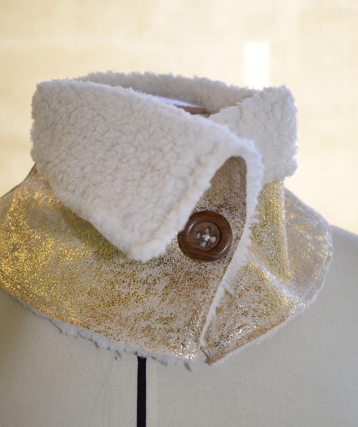 Accessoire de mode, ce col doré fantaisie vous tiendra chaud pour l'hiver.  Intérieur fausse fourrure blanche. Extérieur imitation peau de mouton retournée OR.  Fermeture  - 11903915
