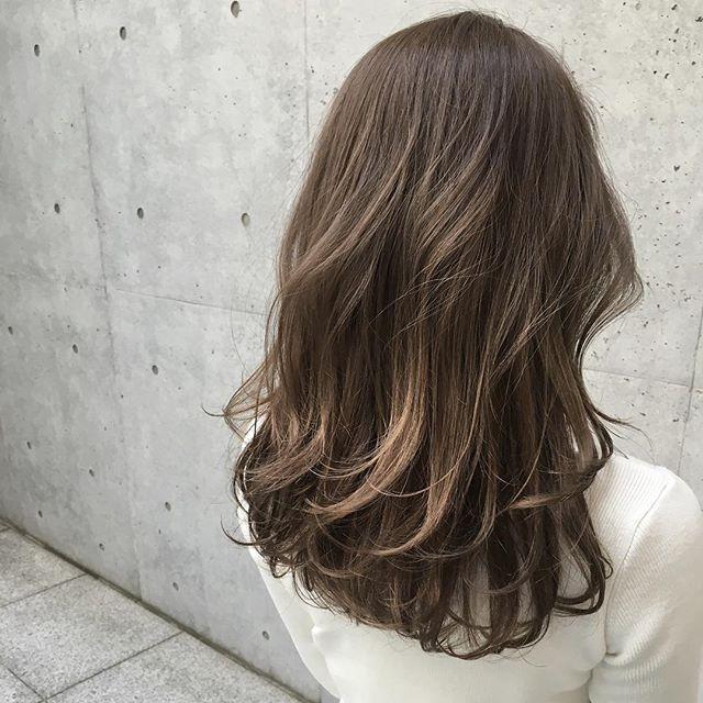 アッシュグレージュカラー★ ・ ・ ケアカラーでダメージレスに仕上げています!! ・ ・ 是非お試しくださいね☺︎ ・ ・ カット ¥7,200 カットケアカラー ¥15,400 ・ ・ 明日(土曜日)のご予約は大変混み合っておりますので、髪の毛をお考えの方は、日曜日のご予約をお待ちしております★ ・ ・ #shima_tanebe  #shima #shimakichijoji #cut #color #celine #carecolor #long #layer #cut #color #ash #acnestudios #grey #髪型#アッシュ#グレージュ#レイヤー#ハイライト#ケアカラー#美容室#吉祥寺#梨花#大人カジュアル