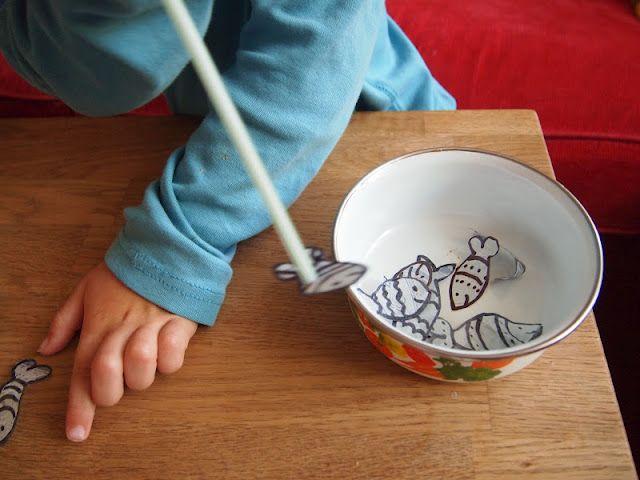 """pêche en aspirant course en soufflant - bom exercício respiratório para crianças (desenhar e depois """"pescar"""" o peixinho com o canudo)"""